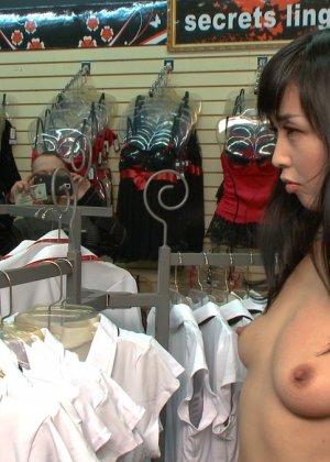 Жестокий секс с хорошей телкой азиатской внешности на полу в подвале - фото 10