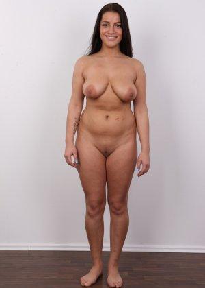 Латинка в первый раз пришла на порно кастинг и была удивлена - фото 8