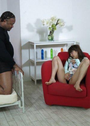 Азиатка показывает свое молодое тело и волосатую киску негру, а затем позволяет себя трахать - фото 9