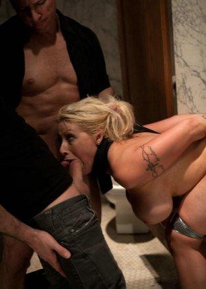 Блондинка оказывается между несколькими мужчинами, которые готовы драть ее мощно, с силой - фото 10