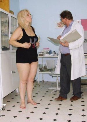 Женщина в зрелом возрасте приходит к гинекологу, чтобы подставить для осмотра свои отверстия - фото 15