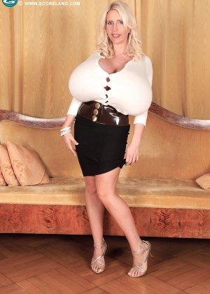Блондинка с не натуральной грудью вывалила её на осмотр фотографу - фото 4
