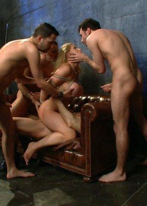 Блондинка оказывается между несколькими мужчинами, которые готовы драть ее мощно, с силой - фото 16