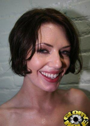 Брюнетка с широкой улыбкой любит когда ей в горло суют черные члены - фото 18