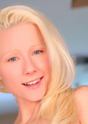 Миниатюрная блондинка решает остаться без пеньюара и трусиков - фото 8- фото 8- фото 8