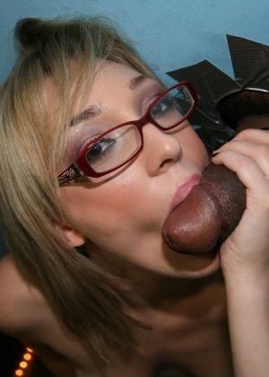 Блондинка в очках занялась дрочкой толстого черного члена - фото 12