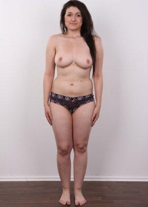 Телка пришла устраиваться на порно работку и сделала немножко фоток в голом виде - фото 5