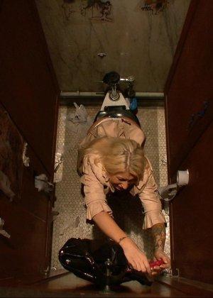 Блондинка оказывается между несколькими мужчинами, которые готовы драть ее мощно, с силой - фото 2