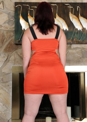 Толстушка очень хочет секса, поэтому вставляет в киску то, что попадается ей под руку - фото 12- фото 12- фото 12