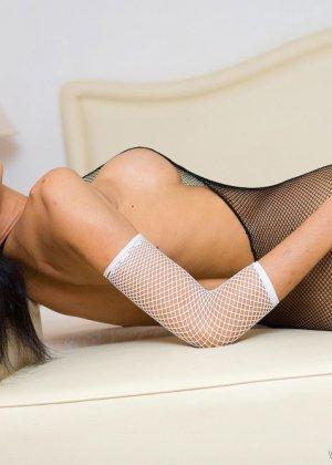 Красивая девушка мастурбирует свою скромную влажную киску - фото 7