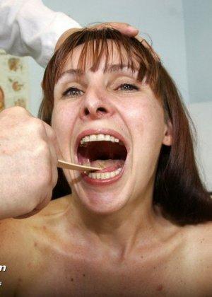 Женщина с волосатой пиздой раздвигает ноги перед мужчиной-гинекологом и показывает ему всё - фото 3