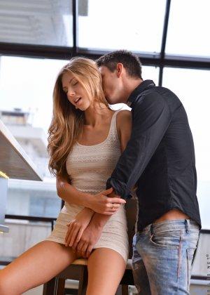 Парочка поддается страсти и решает заняться страстным сексом - фото 2- фото 2- фото 2