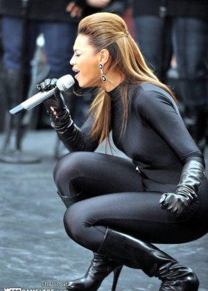 Певица Beyonce выступает на публике в сексуальном черном костюме - фото 2