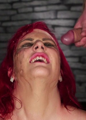 Развратная женщина с необычной внешностью показывает свою смелость в сексуальном плане - фото 20