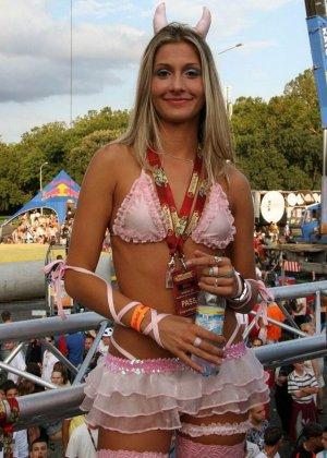 Сексуальные девушки в красивых платьях на улице показывают грудь - фото 6
