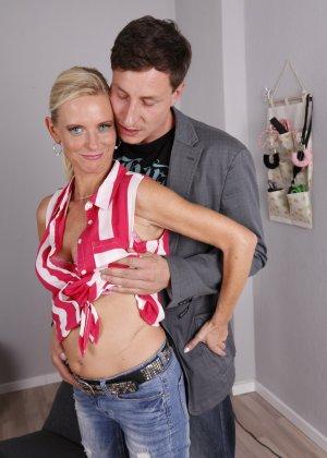 Опытный муж разминает висящие сиськи своей зрелой блондинистой жены - фото 1
