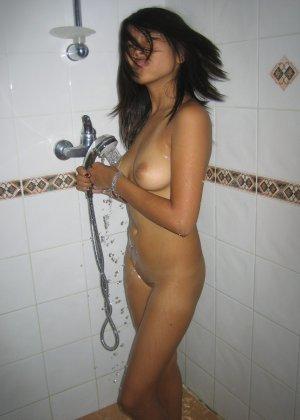Азиатская худая девушка соблазнительно снимает с себя белье - фото 8