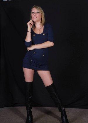 Сладкая блондиночка показывает свое стройное тело, при этом ничего с себя не снимая - фото 3