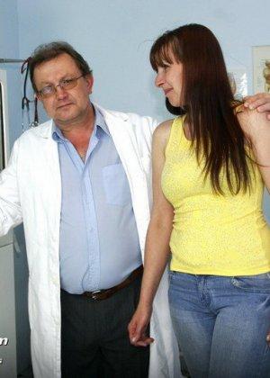 Женщина с волосатой пиздой раздвигает ноги перед мужчиной-гинекологом и показывает ему всё - фото 2