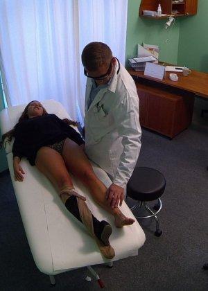 Озабоченный молодой доктор ебет своих пациенток не снимая с них трусиков - фото 6