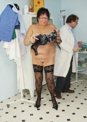 Пожилая женщина приходит на гинекологический осмотр и мужчина профессионально проводит прием - фото 14