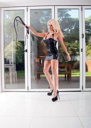 Шикарная блондинка с плеткой отхлестает каждого плохого жеребца, но сначала она покажет свои огромные дойки - фото 2