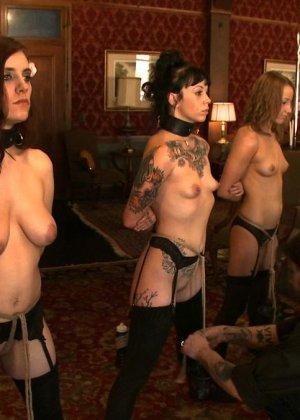 Девушки оказываются привязаны - они готовы к различным испытаниям, которые им подготовили их повелители - фото 21