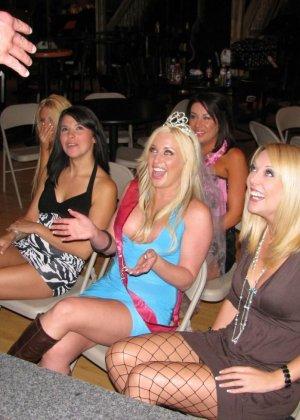 Девушки с красивыми голыми телами делают вкусный минет пьяным парням - фото 3
