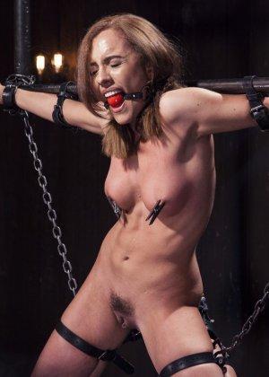 Роксанна проходит через множество испытаний, которые ей устраивает развратный мужчина - фото 5