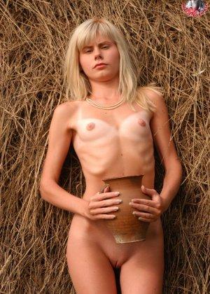 Худенькая блондинка оказывается на сеновале и поливает свое обнаженное тело молоком из кувшина - фото 4