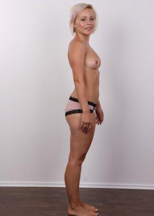 Блондинка на порно кастинге снимает все белье и оголит свои аккуратные сексуальные соски - фото 7