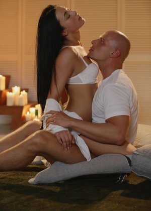 Лысый паренек занимается красивым сексом с сексуальной брюнеткой - фото 8
