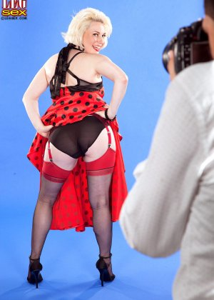 Голди Рэй показывает свою пышную фигуру фотографу, а затем подставляет свои дырочки для секса - фото 1
