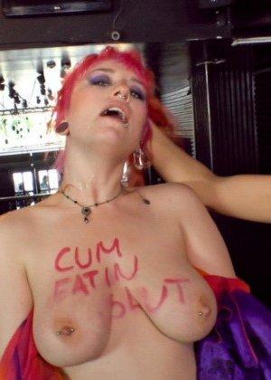 Жесткое унижение ждет даму с яркими волосами, ее будут трахать все желающие и даже сделают анальный фистинг - фото 8