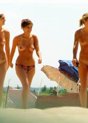 Красивые фотографии с нудистского пляжа, огромное количество небритых пезд и больших членов - фото 1