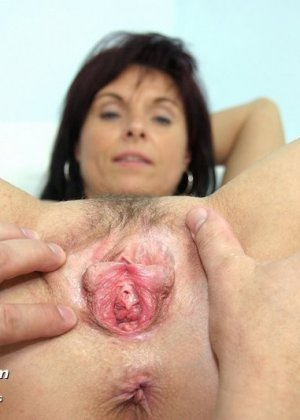 Гинеколог очень любит рассматривать женские влагалища, поэтому делает это с особым удовольствием - фото 9