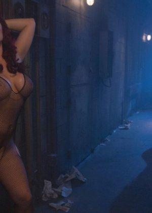 Жесткий лесбийский секс и фистинг трех лесбиянок с большими буферами - фото 2