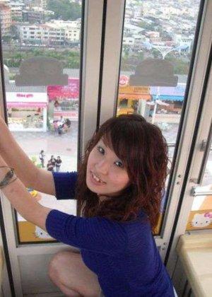 Кучерявая девка с небритой пиздой сняла трусы на камеру в высотке - фото 12
