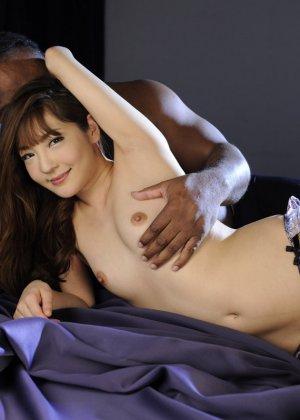 Азиатка показывает свое молодое тело и волосатую киску негру, а затем позволяет себя трахать - фото 5