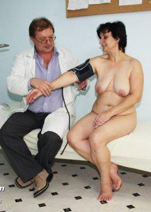 Зрелая женщина на приеме у гинеколога разрешает делать с собой самые развратные вещи - фото 4