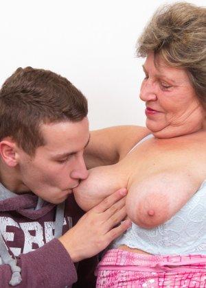 Пожилая женщина оказывается в обществе молодого парня и дает себя трогать во всех местах - фото 12