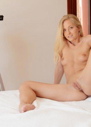 Блондинка с абсолютно идеальным телом демонстрирует себя во всей красе, раздевшись перед профессиональной камерой - фото 12