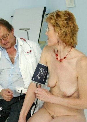 Зрелая Мила в очках расставляет ноги перед развратным доктором и разрешает ему рассмотреть себя всю - фото 5
