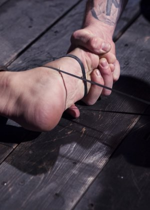 Роксанна проходит через множество испытаний, которые ей устраивает развратный мужчина - фото 19