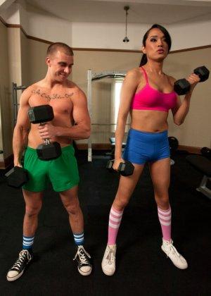 Красивый трансвестит поочередно трахнул девушку и молодого паренька - фото 2
