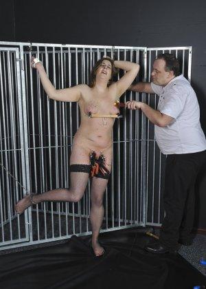 Над толстенькой дамочкой издевается извращенный зрелый мужчина - фото 4