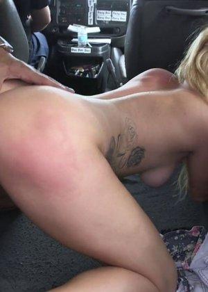 Горячая блондинка делает минет парню на заднем сидении в машине - фото 11