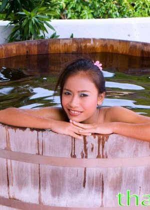 В прохладной водичке расслабляется обнаженная азиатская красавица - фото 10