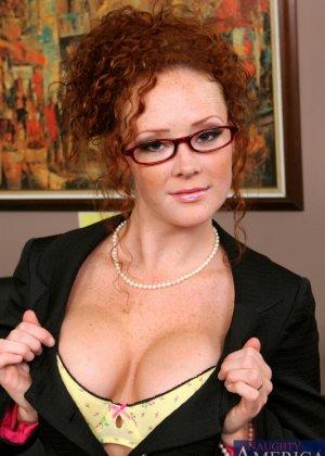 Рыжая секретарша с красивыми сиськами, задорно скачет на толстом хуе своего начальника, крича от удовольствия - фото 1