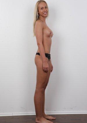 Девушка с пышной грудью оголила свое тело ради приличного зароботка - фото 10